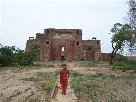 The back gate to the gardens around Akbar's tomb - maintenance doesn't reach this far.