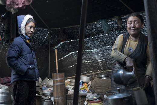 Mother is preparing traditional Tibetan tea. What seems like a perfect household is actually on the brink of collapse as there's no one to continue the tradition. Karma wants to study psychology in Kathmandu but can't explain this to her mother and feels sore about that.