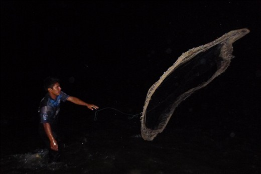 Enoc's mother is turning 40 the next morning, so he goes out fishing at night to catch some bocachicos, his mom's favorite fish, to surprise her at breakfast. He says the best way to catch bocachicos is with a fishnet (atarraya) at night because they can't see you coming, during a rainstorm because they can't hear you and when the river is low because that way it's easier to spot them.