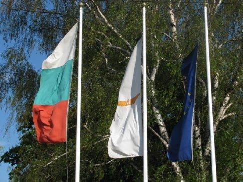 Bulgarıan flag ıs on the left, Euro on the rıght and dont know ın mıddle