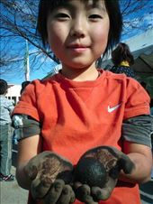 The kids were making balls out of mud and covering them in glitter, they seemed to really get into it: by peter_allen, Views[168]