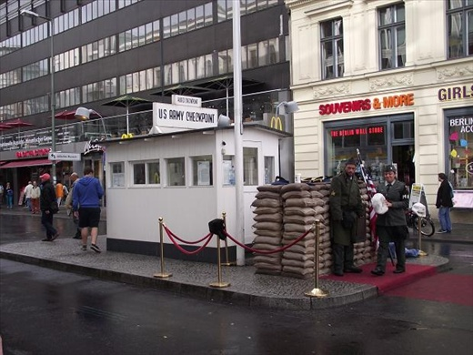 9 Berlin, Checkpoint Charlie