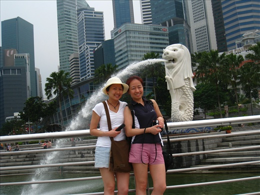Sis and I in front of Merlion, snapped by my 4-year-old nephew, not bad!