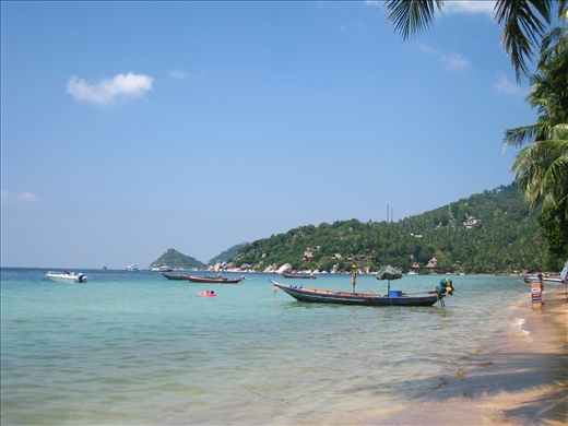 Typical day on Koh Tao: blue sky, clear water, taxi water waiting for passengers.
