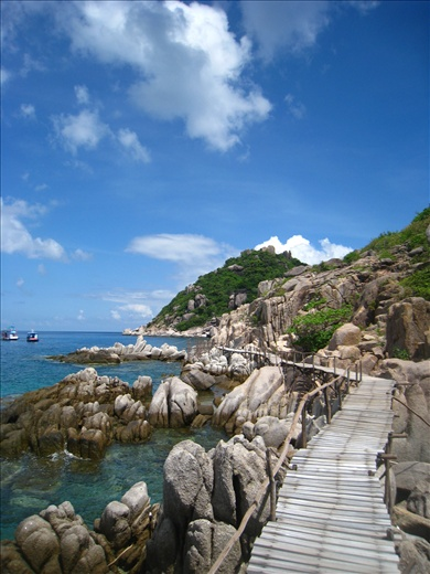 A wood path almost goes all the way around one of the mounds of Nangyuan Island