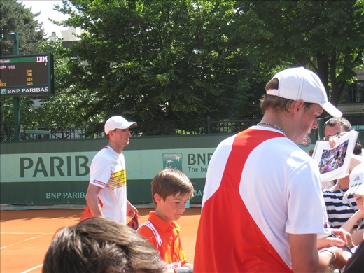 Bryan Brothers signing autographs after winning their first round match, they left only when the players from the next match showed up at the court. Awesome guys!