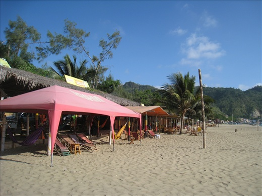 Bars and restaurants lined the Puerto Lopez beach