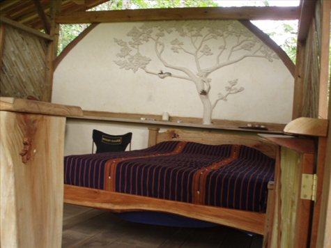 The ´couples cabin´.  Cob tree sculpture