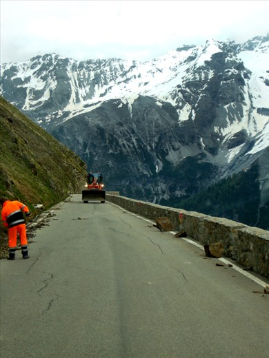 Clearing fallen rocks from the Stelvio Pass