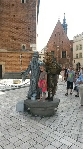 Random kid posing with 2 statue people