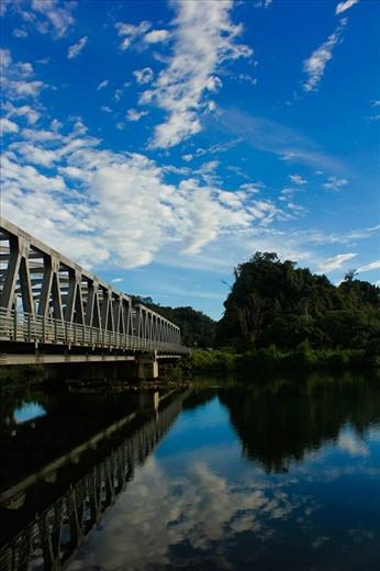jembatan yang ada di aceh yang sangat bagus dan refleksi nya menambah ke indahan