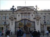 El Palacio de Buckingham. No había cambio de guardia, porque la reina en el verano se va a un castillo en Escocia. ¡Suerte que no la vimos! fuchi!: by rodri_y_adri, Views[532]