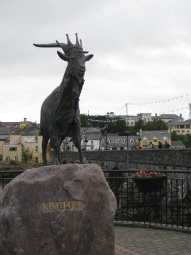 The statue of King Puck before the town of Kilogren.