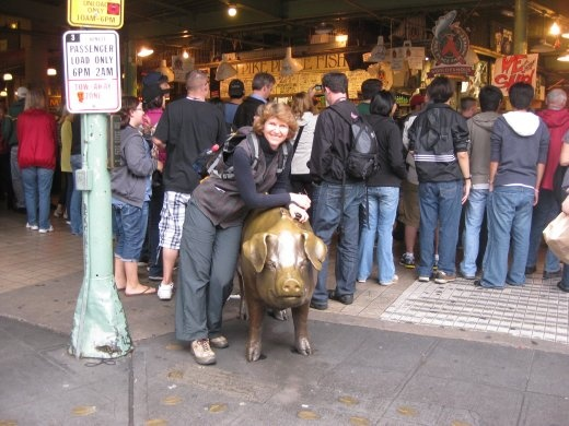 Posing with the famous pig at Pike Place in Seattle.