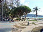 Phuket: cote plage, les touristes et leurs lits de plage. De l'autre, les thailandais apr terre: by sama, Views[131]