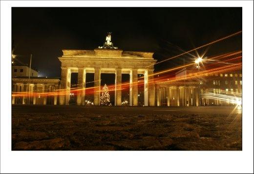 Night scene photo of Brandenburg Gate in Berlin
