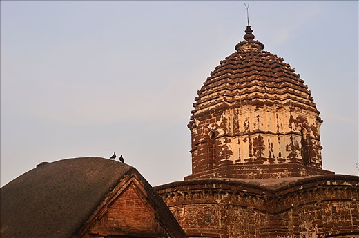 Its a tell of king & kingdom, The greying past's whispers to vibrant present. The Malla kings rules here for 1000 years .Its Mallbhum-the terracotta temples build in 17-18th century. Classic style of Bengal architecture