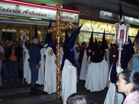 Nazarenos carrying the Cruz Gia (Guide Cross) through the street