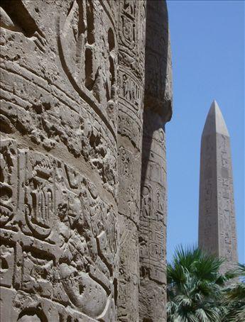 Obeliskus Jones in the background.