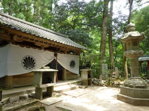One of the many forest temples on the way to kibune.