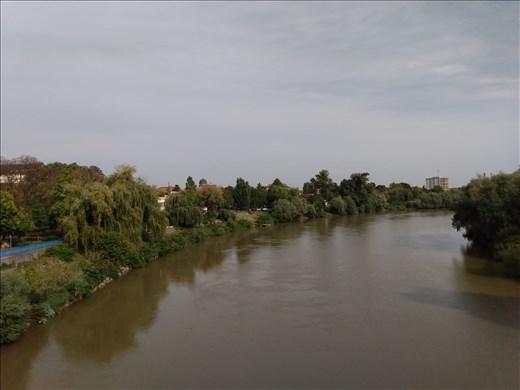River Mures flows through Arad.