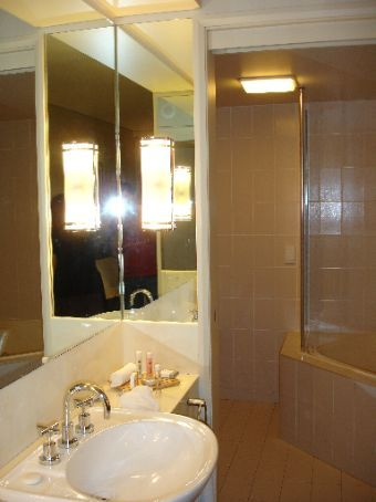 Flashpacking - a bathroom you don't have to wear thongs in!