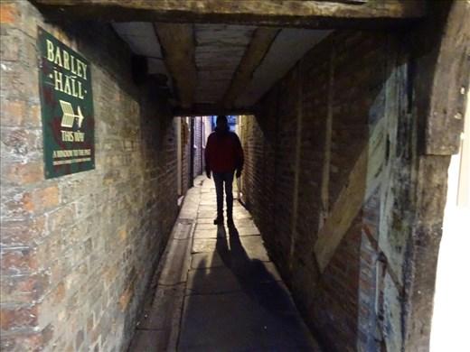 Tiiiiiiinnnny laneway, York