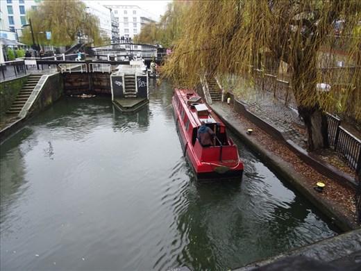 2 narrow boats entering a lock