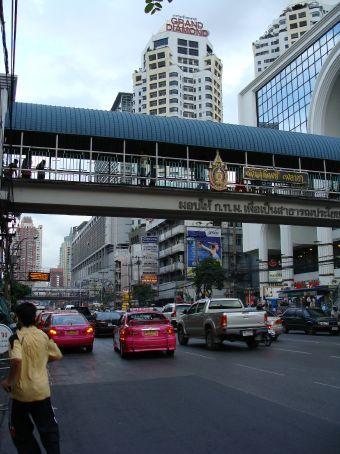 Bangkock Hauptgeschaeftsstrasse mit vielen gigantischen Shoppingcentern! Es gibt einen 5 stoeckigen Komplex nur fuer Computerkram! Unglaublich!