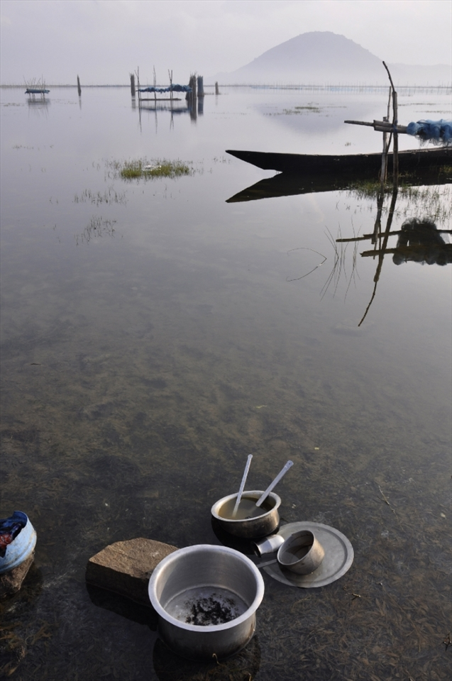 The utensils were there for washing. Fishermen, who lived by the side of the lake, they come to wash their domestic utensils after meal...