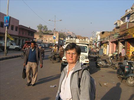 SIlvia ieri pomeriggio su una delle strade piu' trafficate di Jaipur vicino all'albergo