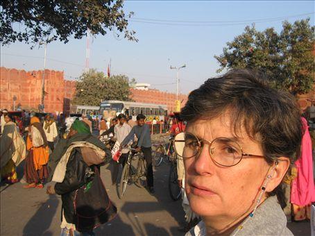 SIlvia davanti a una delle porte che danno accesso alla citta' vecchia di Jaipur