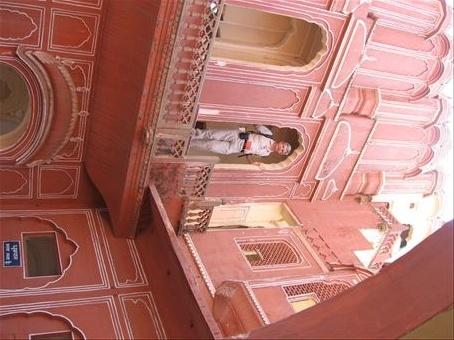 Mario (Storto, perche' non abbiamo rivoltato la foto) si affaccia da una finestra del Palazzo dei venti di Jaipur