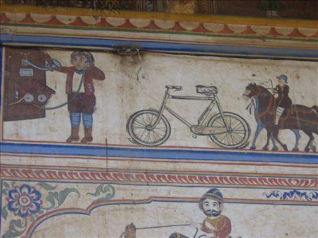Alcuni dei dipinti che ornano le case degli ex grandi commercianti dello Shekawati, nel deserto settentrionale del Rajasthan
