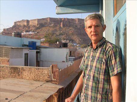 Mario dal balconcino della camera di Jodhpur, con vista sul forte