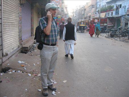 Mario che da una strada del bazar di Jodhpur parla con Silvana in occasione della Festa dei Santi sposi della nostra parrocchia