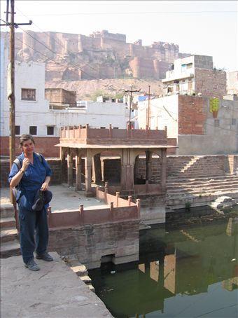 Silvia accanto a una cisterna a Jodhpur, sullo sfondo il castello