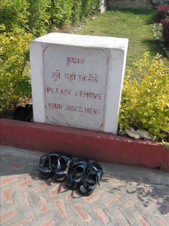 Le nostre scarpe, doverosamente depositate dove richiesto, prima della visita al tempio maggiore di Ranakpur