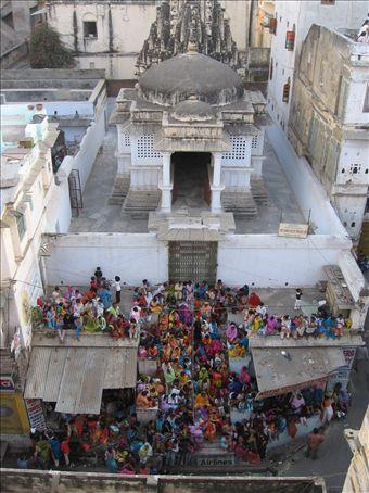 Folla di donne e bambini attende sulla scalinata di un tempio indu l'arrivo della processione del muharram