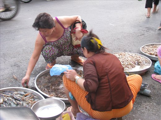 Street sales of fresh local prawns on Hung Vuong, Vinh Long