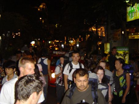 Soi Rambuttri (Strasse im Touristenviertel) bei Nacht.