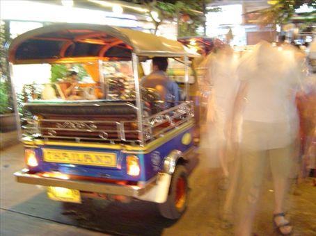 Tuk-Tuks preschen durch die Strassen, immer SEHR um Touristen bemueht.