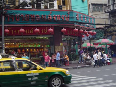 Eckhaus mit Lampions, chinesische Atmosphaere in Bangkok