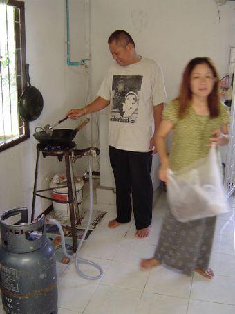 Meine Gastmutter Supjitit und ihr Freund beim Kochen.