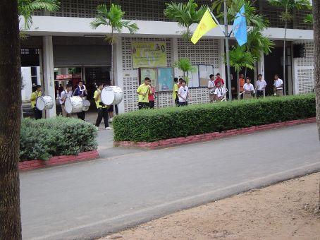 Die Blaskapelle in der Schule, die jeden Morgen in grauenhaft falscher Weise die Nationalhymne quaelte.