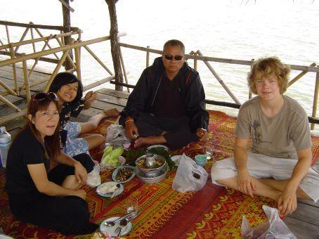 Beim Ausflug zum Emerald Lake nahe der laotischen Grenze, auf einem schwimmenden Restaurantbereich (sorry, besser kann ich es nicht beschreiben).
