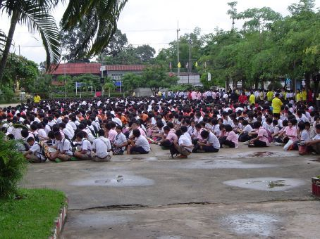 Die allmorgendliche 'Assembly' der 2000 Schueler der Highschool Kham Khuen Kaeo.