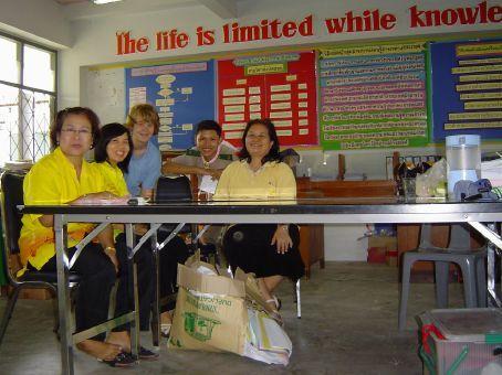 Einige Lehrer des English Depaertments, ein Schueler der Schule und ich.