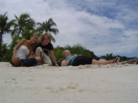 Sophie (l), Haylen und Thomas am Strand von Sentosa Beach.