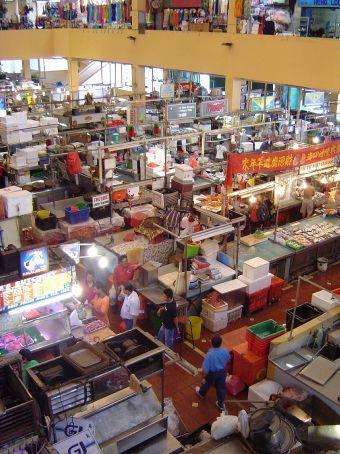 Tekka-Mall Market. Hier gibt es ALLES, was man essen kann. Von plattgewalzten, getrockneten Tintenfischen ueber Haie bis zu allen Kraeutern und Gewuerzen.